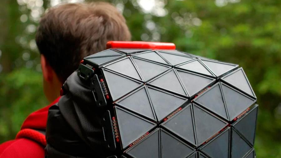 Un estudiante diseña unas placas solares flexibles para mochilas que recargan el móvil al completo