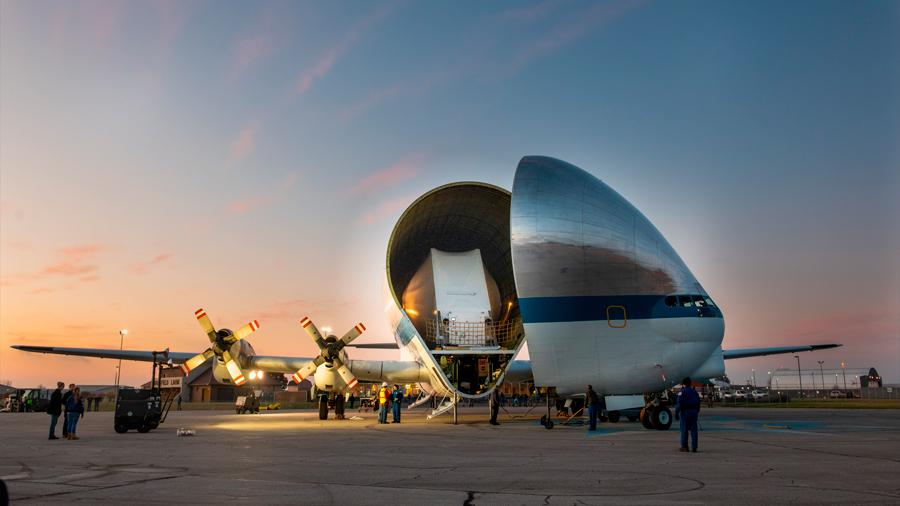 Así es 'Super Guppy', el enorme avión de la NASA que transporta la nave con la que busca volver a la Luna
