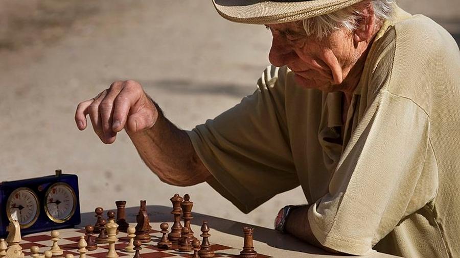 Jugar ajedrez y llenar crucigramas ayudan a mantener una mente lúcida en la vejez