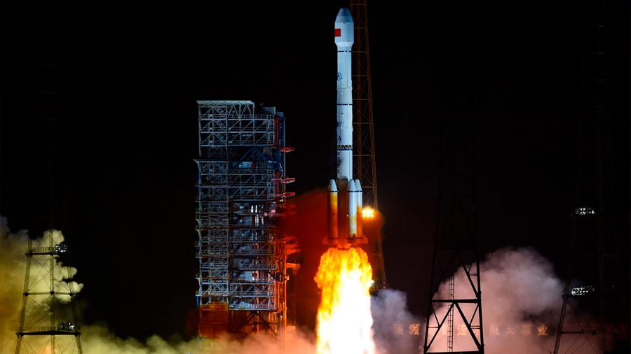 China: Un propulsor de cohete caído aplasta un edificio por completo