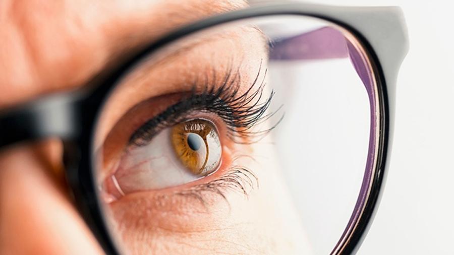 Crean gafas con biosensor que mide niveles de glucosa en sangre a través de las lágrimas de una persona