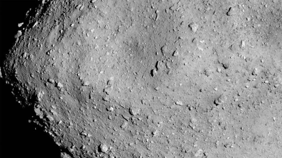 Científicos crean catálogo de cráteres del asteroide Ryugu; descubren un patrón inexplicable