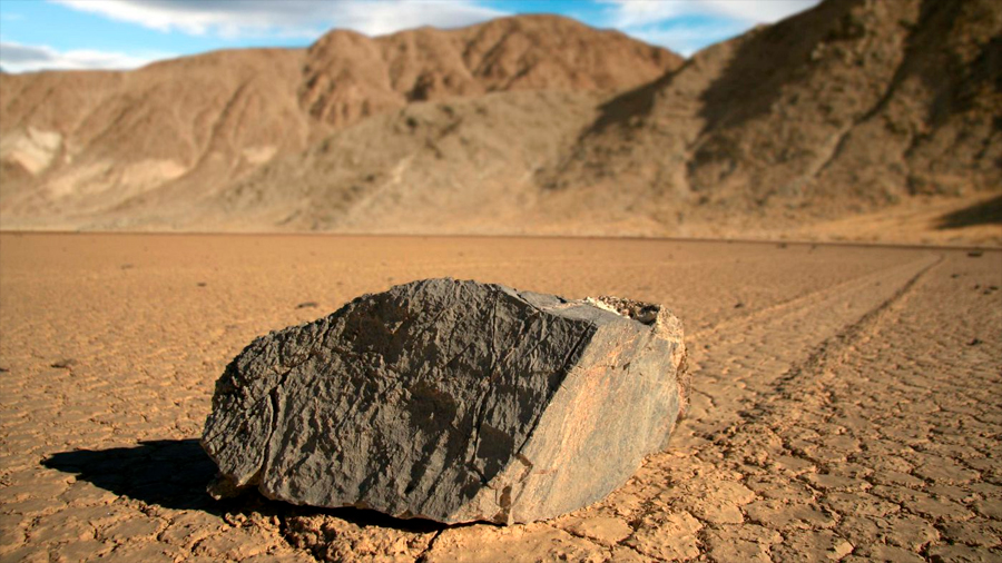 Descubren el rastro de una inquietante piedra reptante que se movía sola entre los dinosaurios
