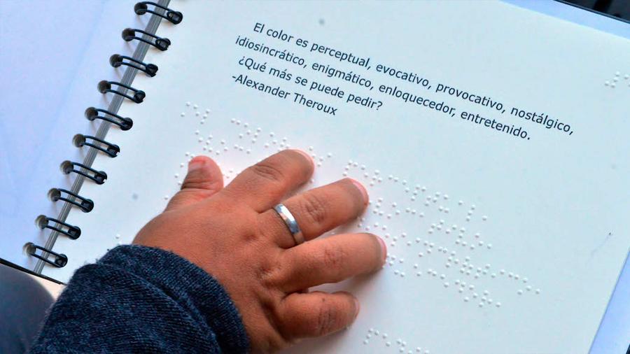 Estudiante de la UNAM crea un libro en sistema braille para que débiles visuales identifiquen colores