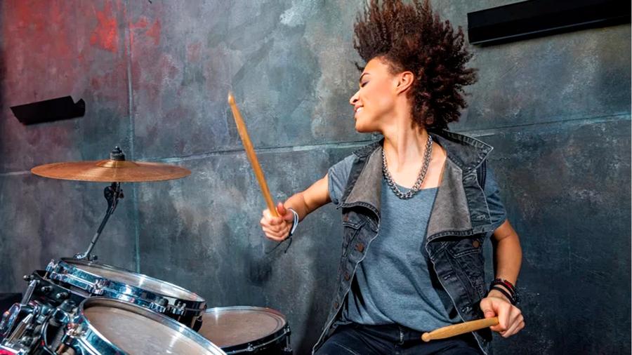 Aprende a tocar la batería y tendrás un cerebro más eficiente, lo dice la ciencia