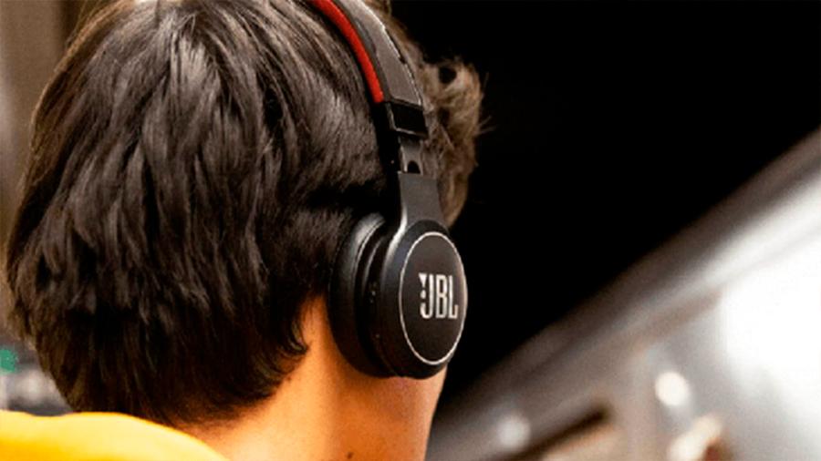 Lanzan audífonos que se cargan con luz solar