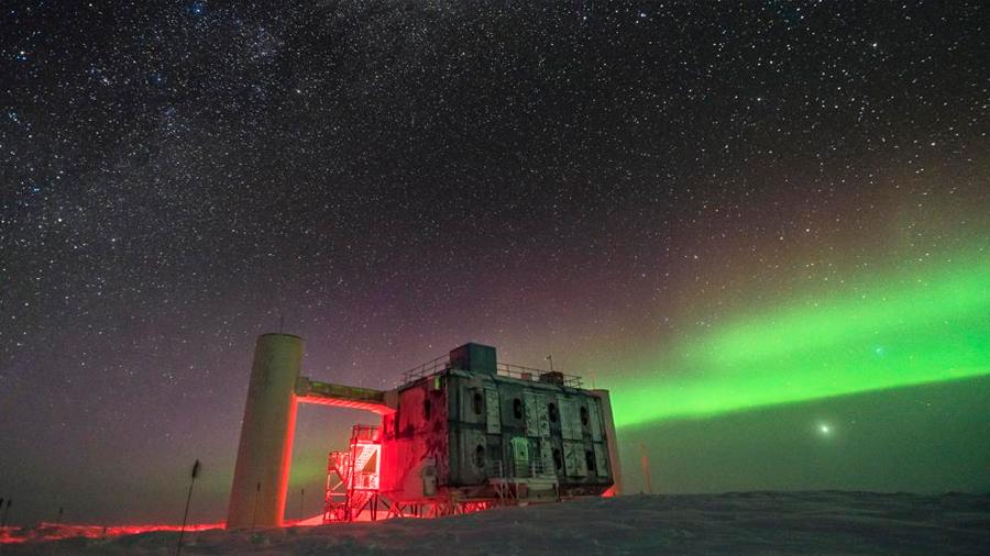 Neutrinos: partículas misteriosas medidas en la Antártida desafían la física Moderna