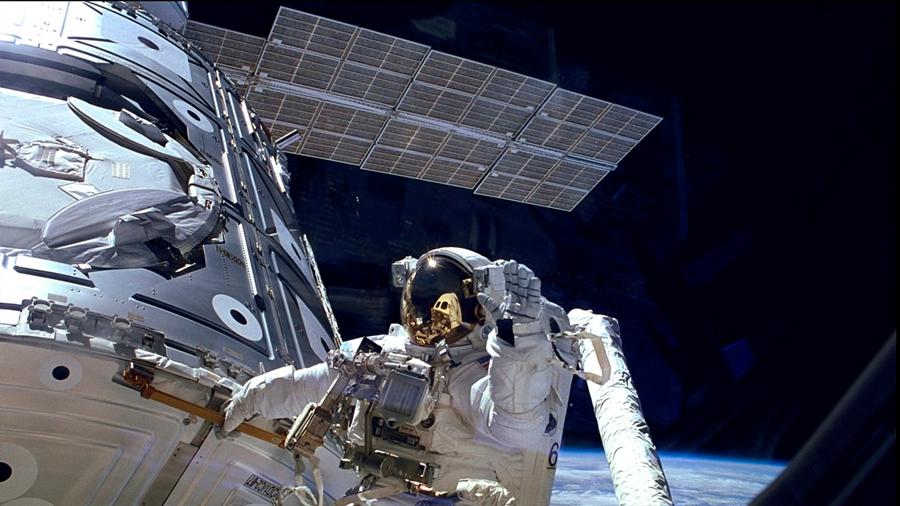 Astronautas tapan fuga en detector de rayos cósmicos