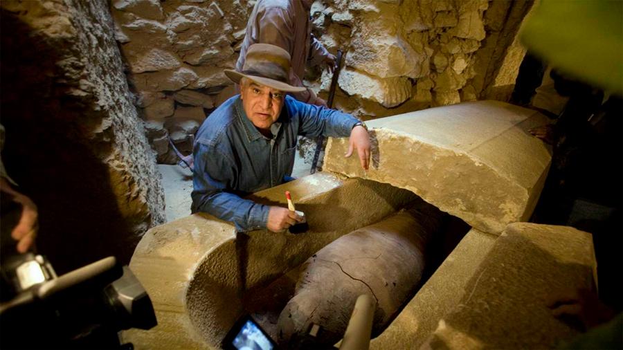 """Zahi Hawass: """"Cleopatra está enterrada con Marco Antonio en una tumba bajo el agua"""""""