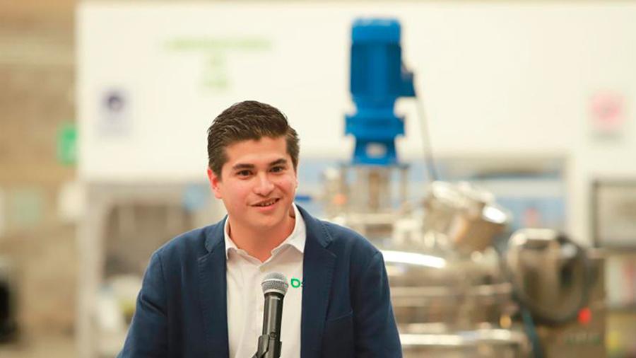 Reconoce MIT a joven innovador por reducir el uso de pesticidas y aumentar la productividad del agro