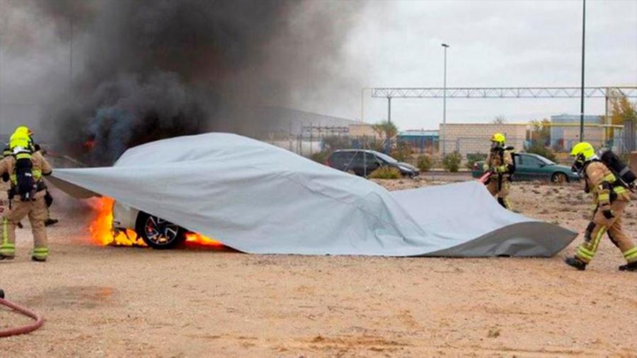 Singular manta ignífuga es capaz de extinguir incendios en vehículos sin necesidad de agua