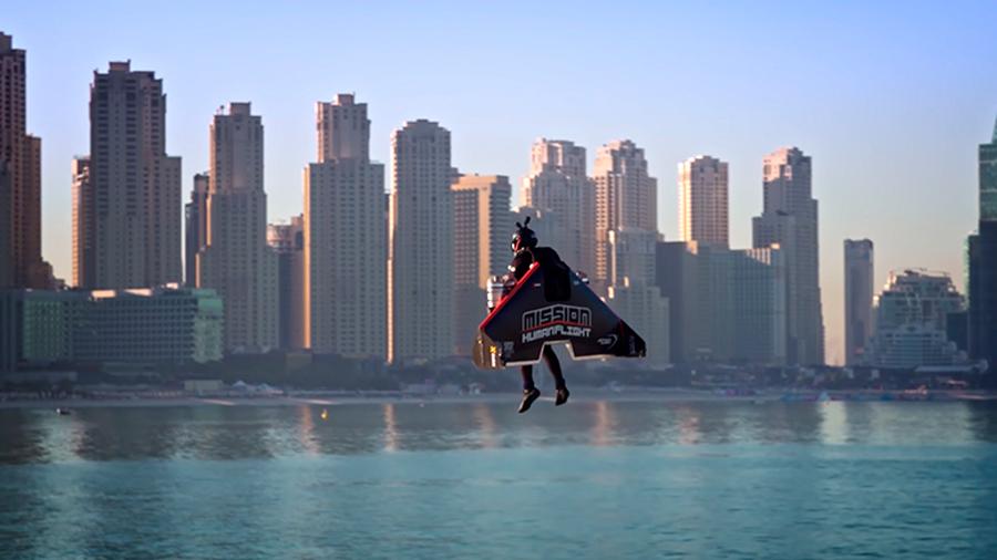 El espeluznante vuelo del 'Ironman' de la vida real: 1,800 m de altura en tiempo récord