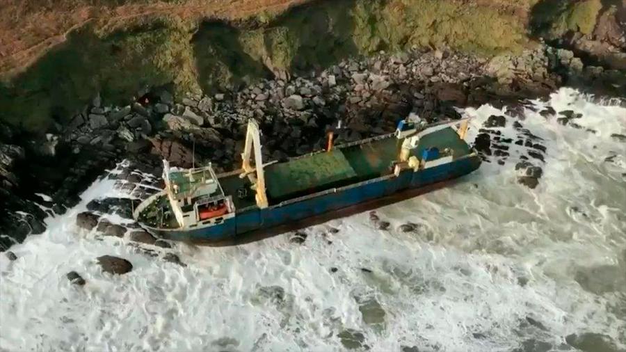 """Misterioso """"barco fantasma"""" visto hace un año cerca de Bermudas terminó encallado en costas de Irlanda"""