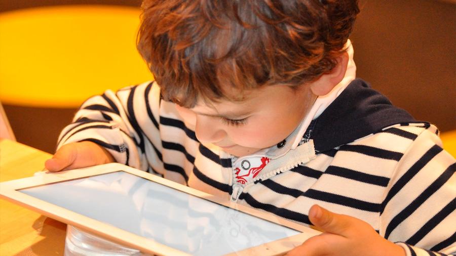 Los niños leen mejor en libro electrónico que en papel
