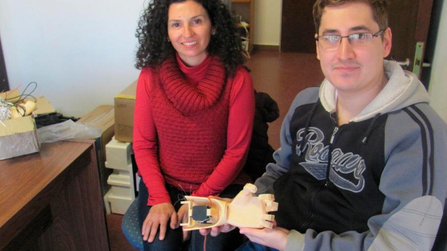 Diseñan mano biomédica que será manejada con la contracción o relajación de un músculo