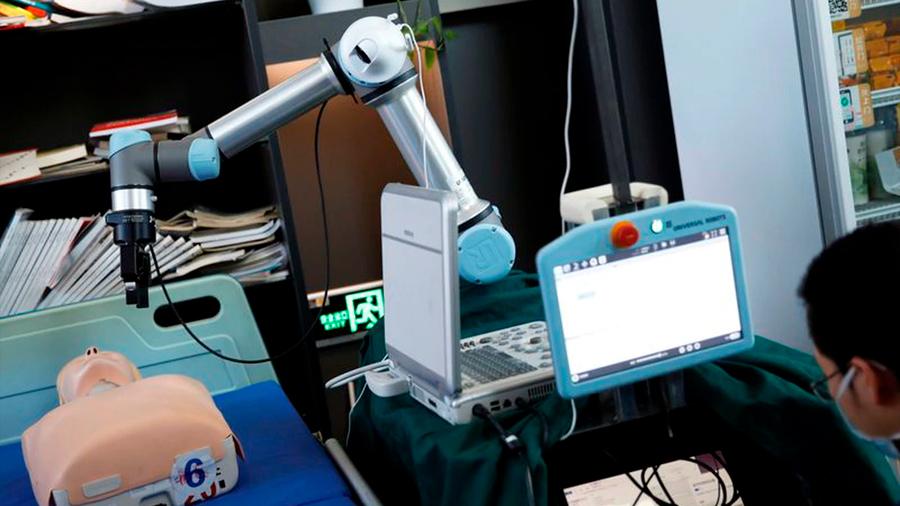 Brazo robótico diseñado en China podría evitar nuevos contagios de coronavirus a médicos