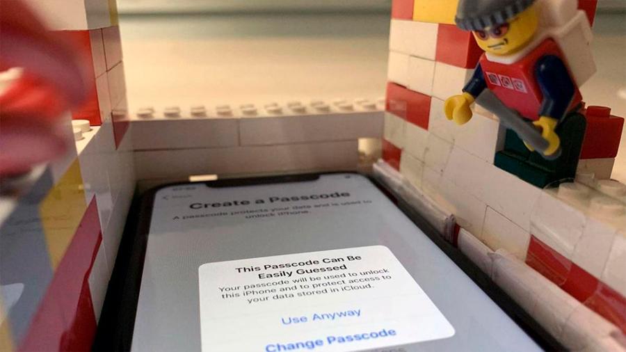 Este robot construido con piezas de LEGO y una Raspberry Pi puede derribar la seguridad de todo un iPhone