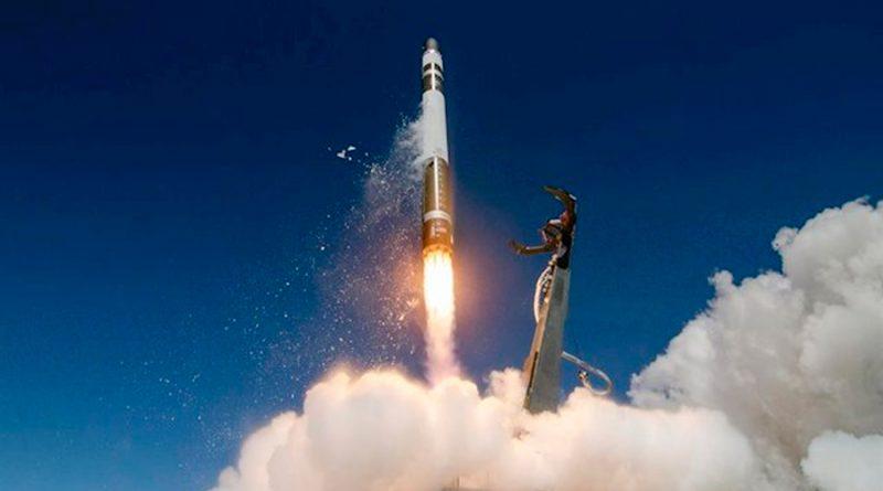 Una etapa de un cohete es recuperada exitosamente con helicóptero en pleno descenso