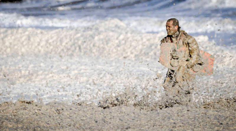Cinco experimentados surfistas mueren al ocurrir un alto nivel de espuma marina en una playa de La Haya