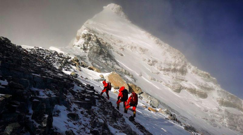 Científicos chinos llegan a la cima del Everest para medirlo: su altura exacta es objeto de debate