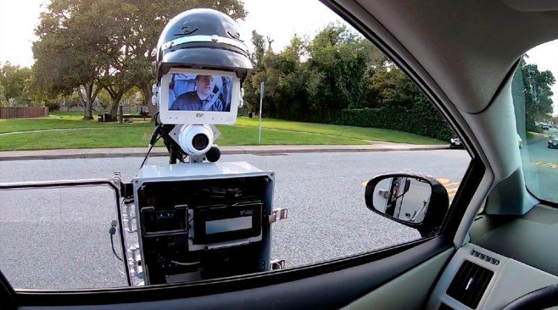 Un robot policía te para en la carretera, coloca pinchos en las ruedas para que no escapes y pone la multa
