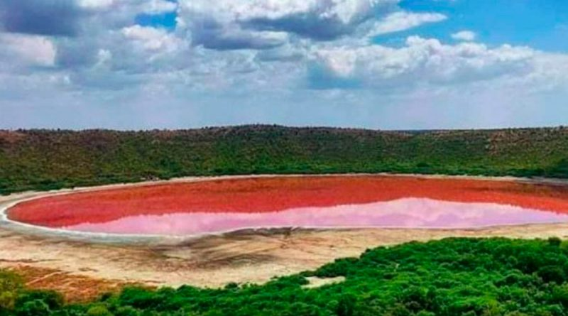 Un lago creado por un meteorito hace 50,000 años 'se pinta' de rosa