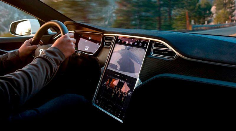 Investigan a Tesla por fallos en la pantalla de su enorme navegador