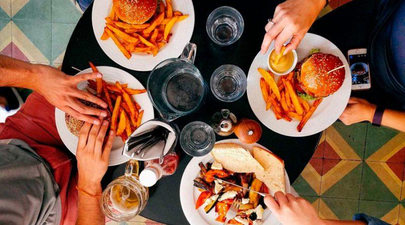 Esto es lo que le ocurre a tu cuerpo cuando comes hasta reventar