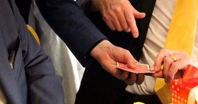 Gestos de un ilusionista pueden influir en tu decisión para elegir una carta en un truco