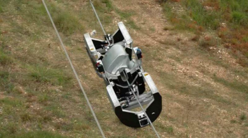 Facebook crea un robot que 'vuela' sobre cableado eléctrico para instalar fibra óptica