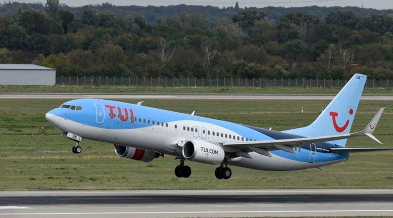 """Un vuelo """"lleno de covidiotas"""" de Grecia a Reino Unido hizo que 200 personas tuvieran que autoaislarse"""