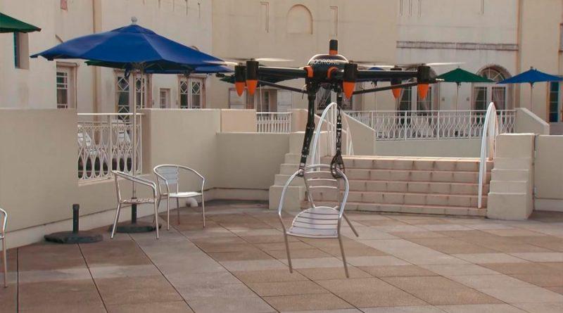 Este dron tiene dos brazos robóticos y puede coger objetos de hasta 10 kilos y transportarlos