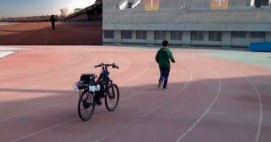 Estudiantes chinos crean una bici autónoma DIY que te sigue a todas partes