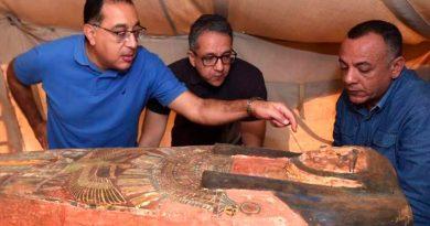 Hallan tres pozos de entierro intactos de 2,500 años al sur de El Cairo