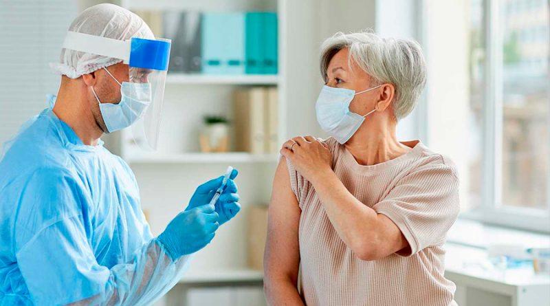 La vacuna contra el COVID-19 de la Universidad de Oxford genera respuesta inmune en ancianos