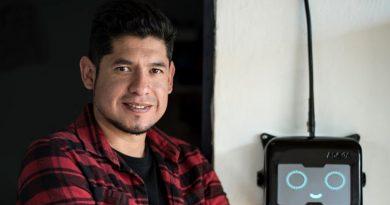 Joven innovador mexicano busca llevar vía paneles solares electricidad e internet a zonas rurales y pobres