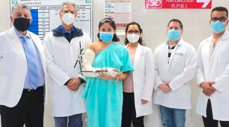 México: logran reimplantar brazo a mujer de 20 años que lo perdió el laborar con una máquina