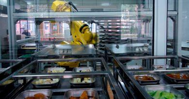 """El robot de aproximadamente 3 metros de altura usa su brazo para recoger platos individuales preparados previamente, los cuales coloca en un microondas para antes de la hora del almuerzo Una escuela de Shanghai está usando un robot amarillo brillante para preparar y servir platos en un esfuerzo por mejorar la seguridad alimentaria mientras China busca mantener bajo control la propagación del nuevo coronavirus. La Escuela Secundaria Experimental Minhang, cuyos estudiantes tienen entre 11 y 13 años, comenzó a usar el robot en octubre, poco después de que la escuela abriera por primera vez, lo que hizo que no fueran necesarios los cocineros humanos. El robot de aproximadamente 3 metros de altura usa su brazo para recoger platos individuales preparados previamente, como huevos al vapor y alitas de pollo fritas, que coloca en un microondas grande para calentar antes de la hora del almuerzo. A medida que los estudiantes ingresan al comedor, el robot coloca los platos en bandejas que van a una cinta transportadora, y que luego los niños recogen. Todo ha ido bien ya que la máquina ha garantizado la seguridad de la comida sin tener que ser tocada por humanos y los platos ahora saben mejor"""", dijo el vicepresidente de la escuela, Song Wenjie, y agregó que el robot tendía a ser mejor que los humanos midiendo condimentos como sal y pimienta. La escuela, que comenzó a usar el robot después de que fuera donado por la marca de catering Xixiang Intelligent Kitchen, cree que es la primera en usarlo en Shanghai. Recibimos muchas llamadas después de los informes de los medios sobre este cocinero robótico y estamos firmando muchos más contratos con escuelas y empresas en esos parques de alta tecnología"""", dijo Shen Wei, gerente de proyectos de Xixiang. El nuevo coronavirus se descubrió por primera vez en China a fines del año pasado, pero desde entonces el país ha controlado su propagación. La pandemia ha impulsado la demanda de robots de servicio en China, donde se utilizan para tareas """