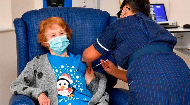 Margaret Keenan, de 90 años, es la primer persona del mundo en recibir la vacuna anticovid de Pfizer
