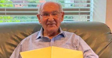 Hombre de 104 años termina su tesis doctoral y da respuesta a enigma matemático