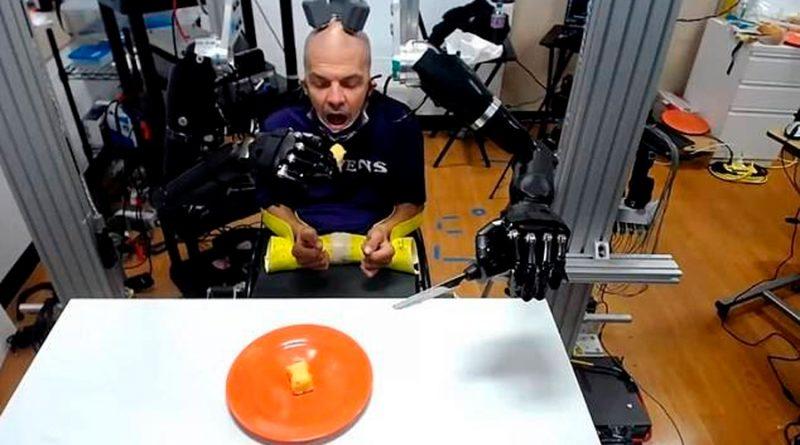 Un tetrapléjico logra alimentarse controlando un brazo robótico vía electrodos instalados en su cerebro