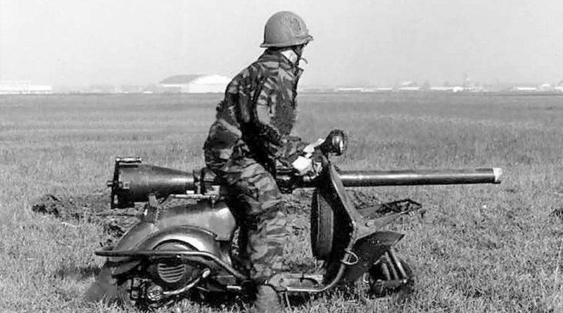 La curiosa historia de la Vespa con cañón que se lanzaba en paracaídas en los años 50