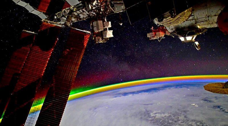 Un astronauta muestra un 'arcoíris' desde el espacio