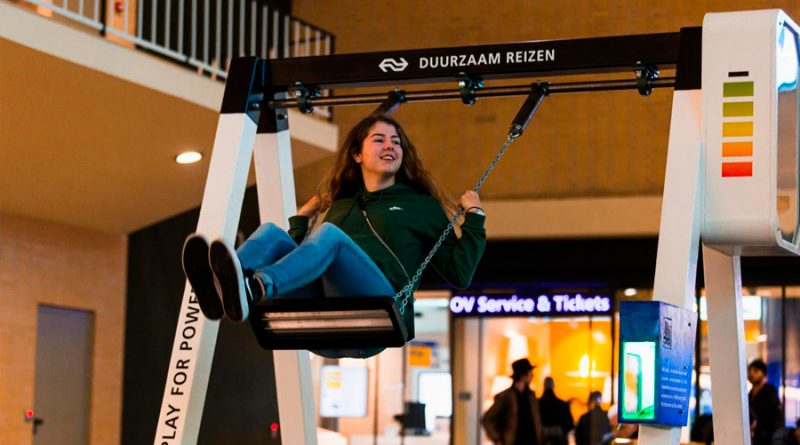 En las estaciones de tren de Holanda cargan los móviles... con columpios