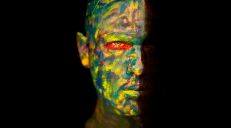 Un traje de piel artificial permite camuflarse como un molusco