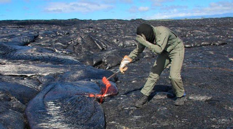 Así arriesga su vida un científico para tomar muestra de lava