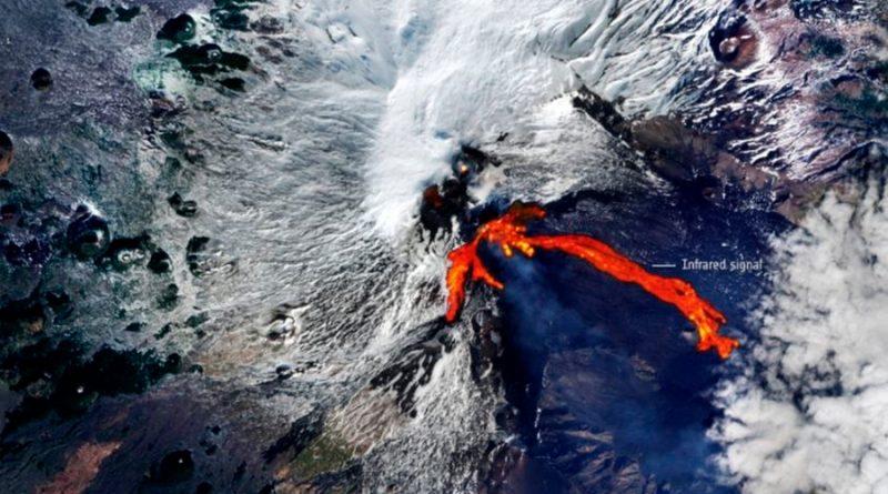 El volcán Etna erupciona y el increíble río de lava que forma es visible desde el espacio