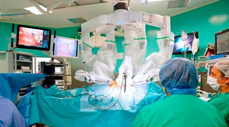 Un robot quirúrgico extirpa un tumor a una paciente despierta por primera vez