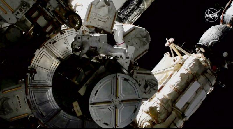 Astronautas en caminata espacial se cuidan de amoniaco