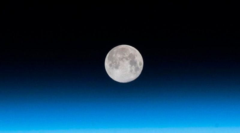 Científicos dicen que la luna tiene una cola como la de los cometas